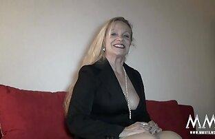 एक बर्जिंस महिला अपनी ब्रा उतारती है, और रोशनी सेक्सी सेक्सी मूवी मूवी करती है